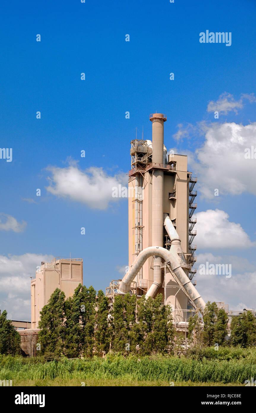 Opere in cemento, cemento Mill, fabbrica di cemento, forno da cemento o calcestruzzo di fabbrica o architettura industriale Beaucaire Provence Francia Immagini Stock