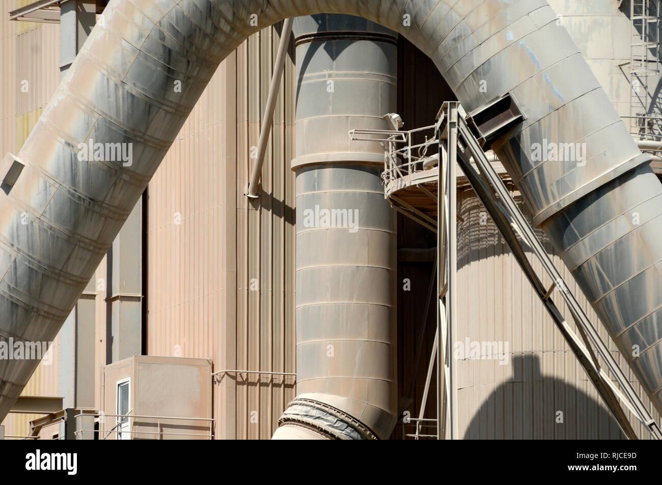 Tubi di gigante di forno da cemento a opere in cemento, cemento Mill, fabbrica di cemento, di calcestruzzo o di fabbrica Industriale Architettura Beaucaire Provence Francia Immagini Stock