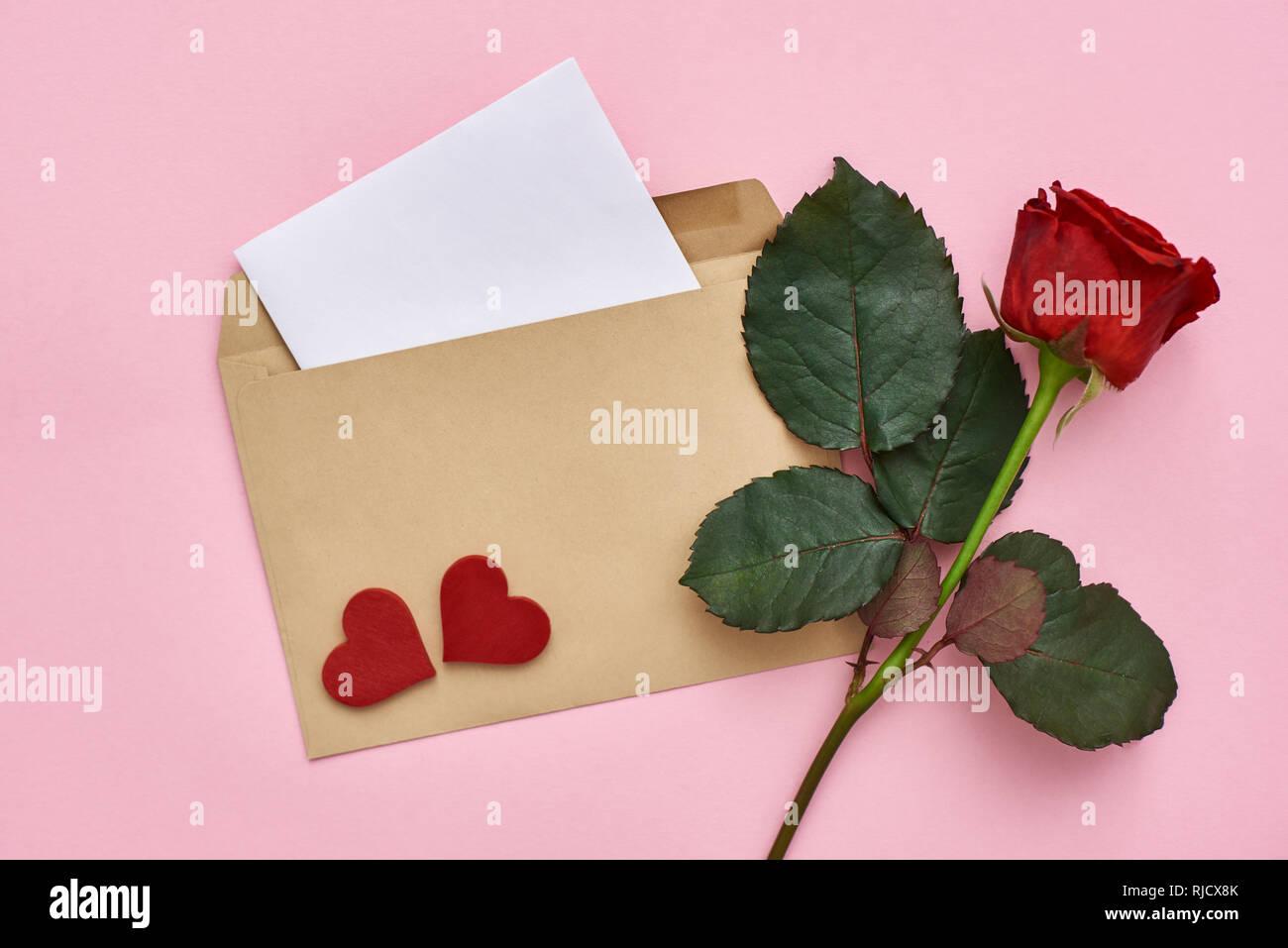 Decorazioni Lettere D Amore lettera d'amore. nota carta con busta, red rose e cuori