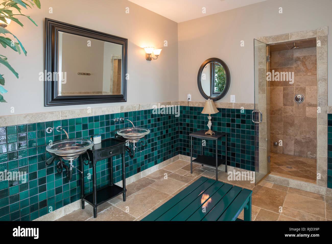 Spa di lusso bagno con piastrelle di pietra calcarea e doccia foto