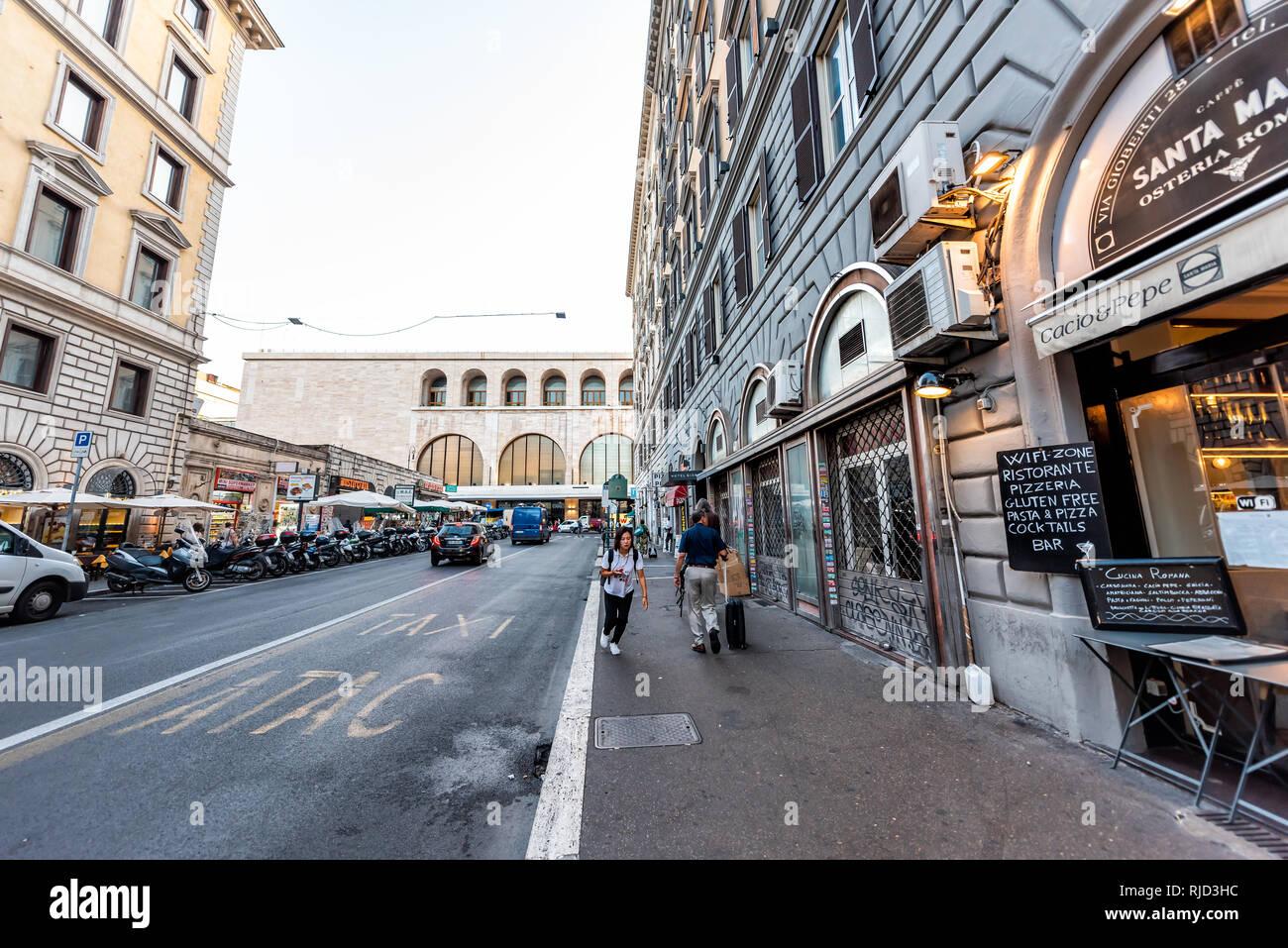 Roma, Italia - 5 Settembre 2018: Italiano strada fuori in città storica in mattinata ampio angolo di strada con la gente sul marciapiede da stazione termini un Immagini Stock