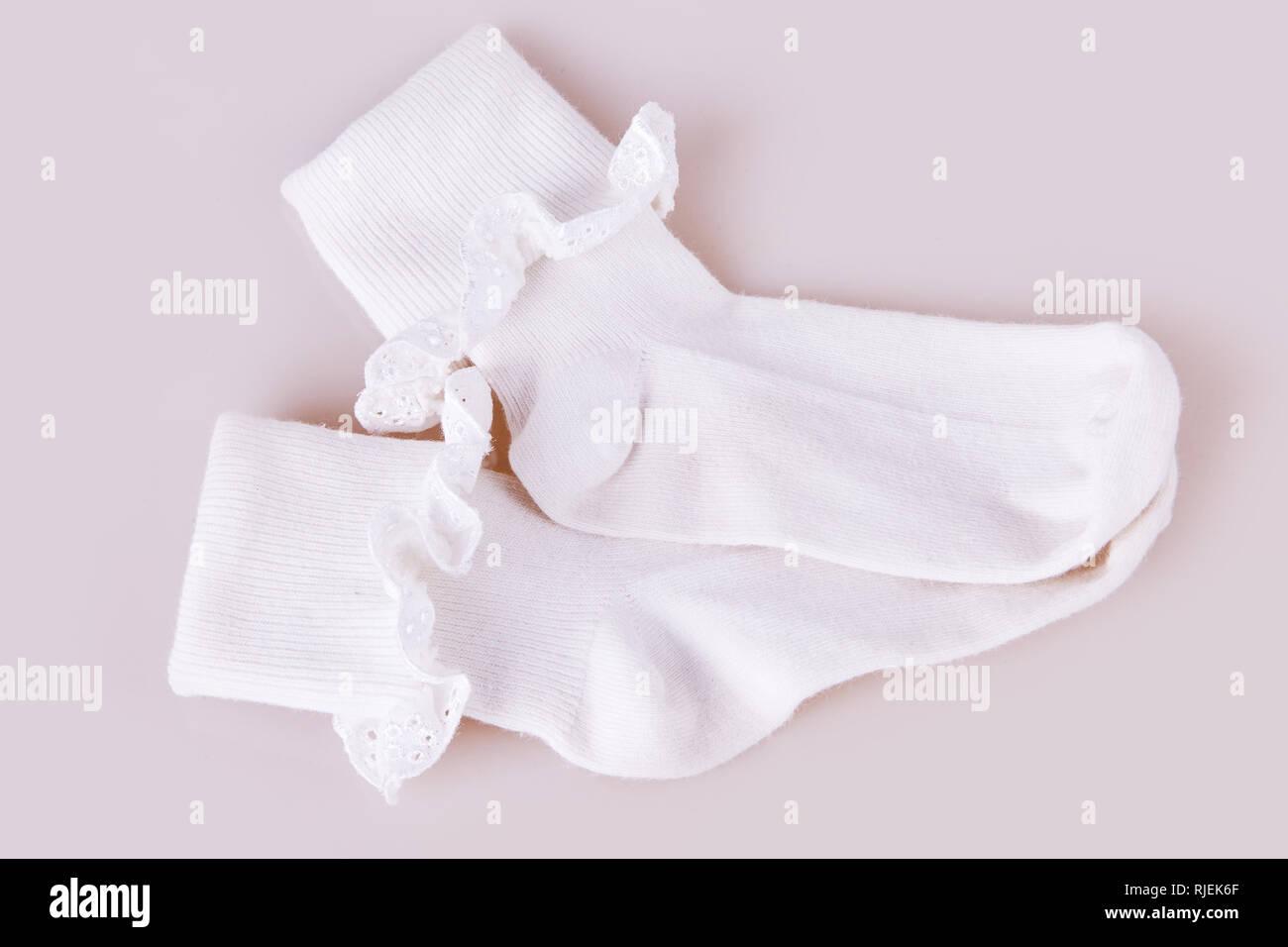 Coppia Bianco Della Ragazza Di Calze Su Uno Sfondo Bianco Per