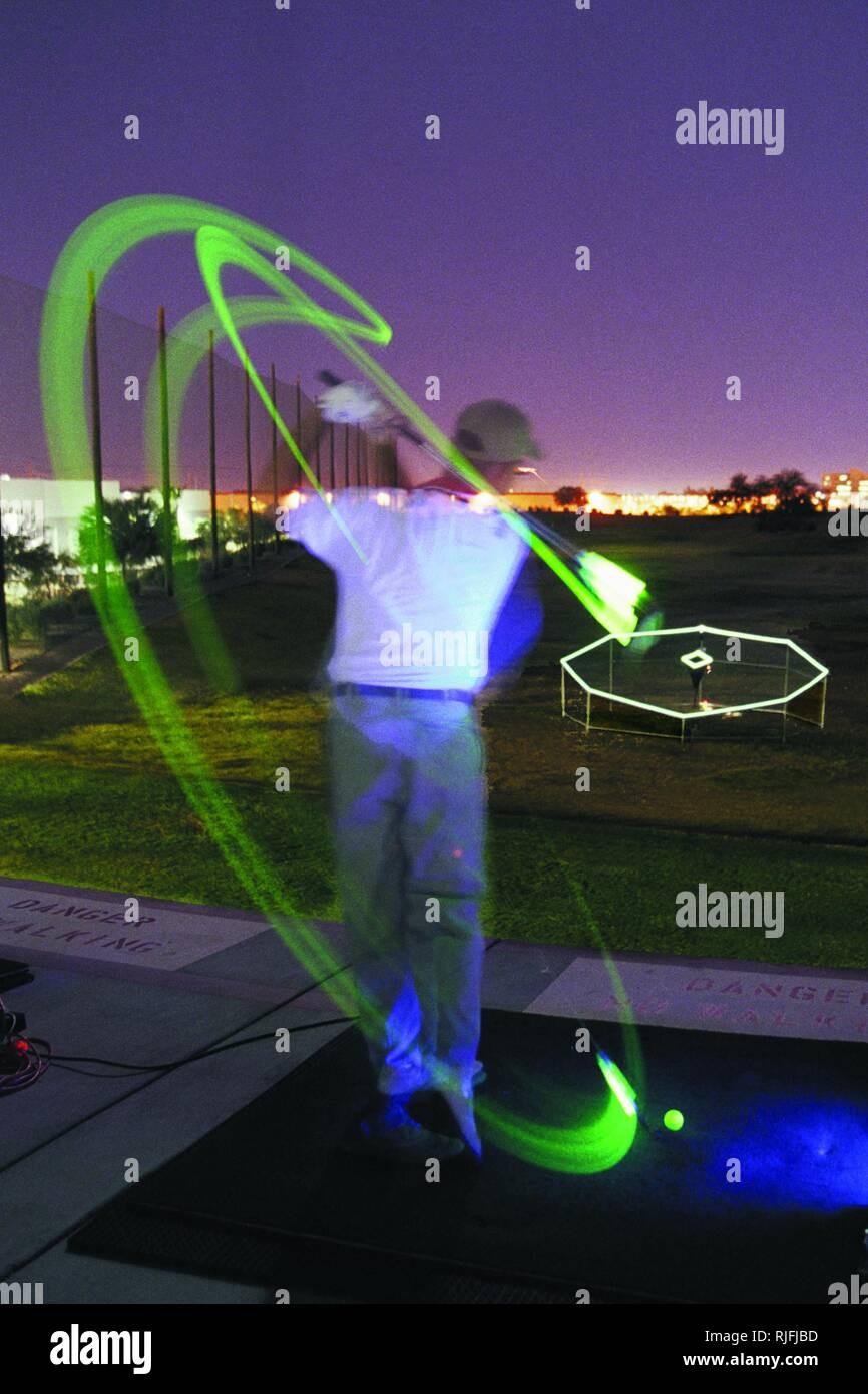 Un bagliore stick è attaccato ad un golf club per catturare la rotazione completa direzione mentre sulla gamma di guida. Immagini Stock