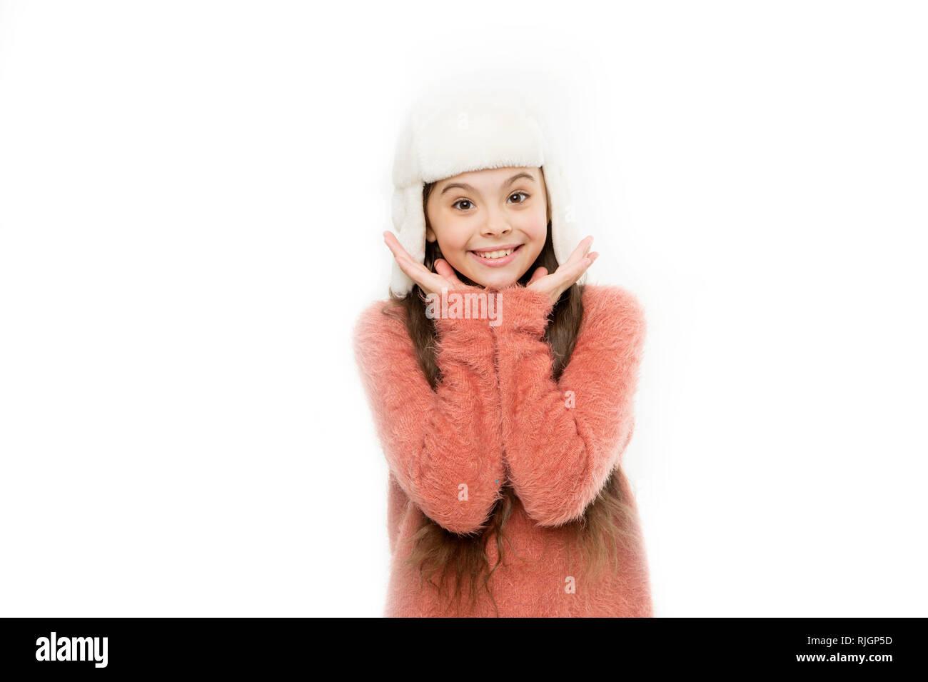 Kid ragazza indossare il cappello con paraorecchi sfondo bianco. Soffice  pelliccia accessorio. Consigli per 32f8e250ae69