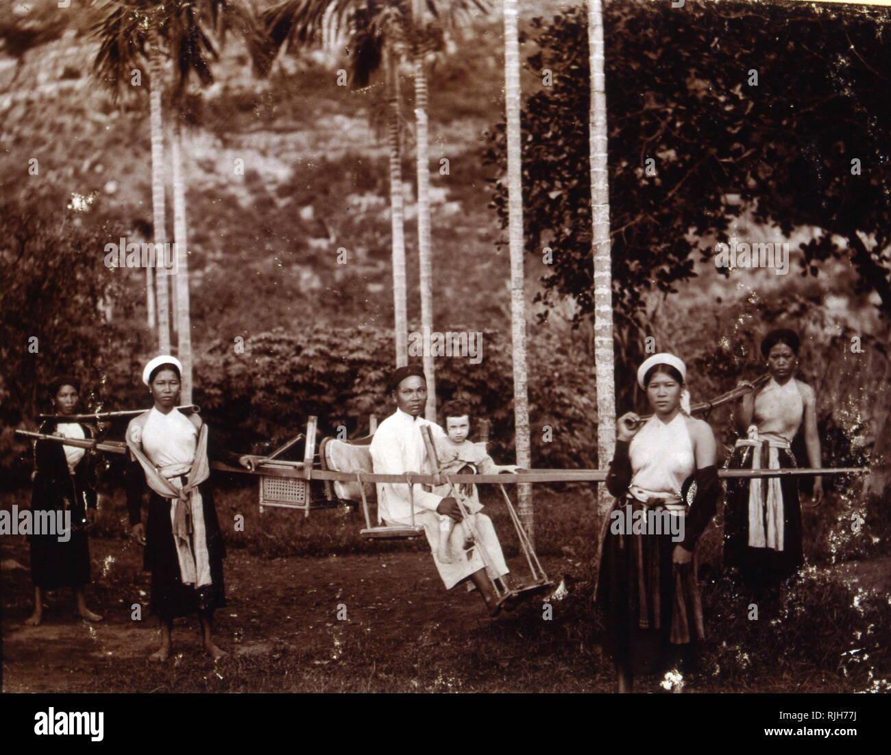 Coloniale Francese proprietario di piantagione della figlia, è portato da agenti su una lettiera Vietnam; Fotografia; 1895 Immagini Stock
