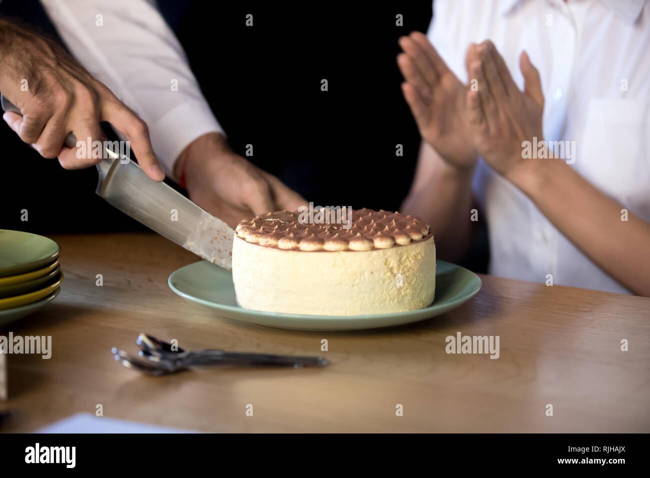Close Up Uomo Taglio Torta Di Compleanno In Ufficio Foto Immagine