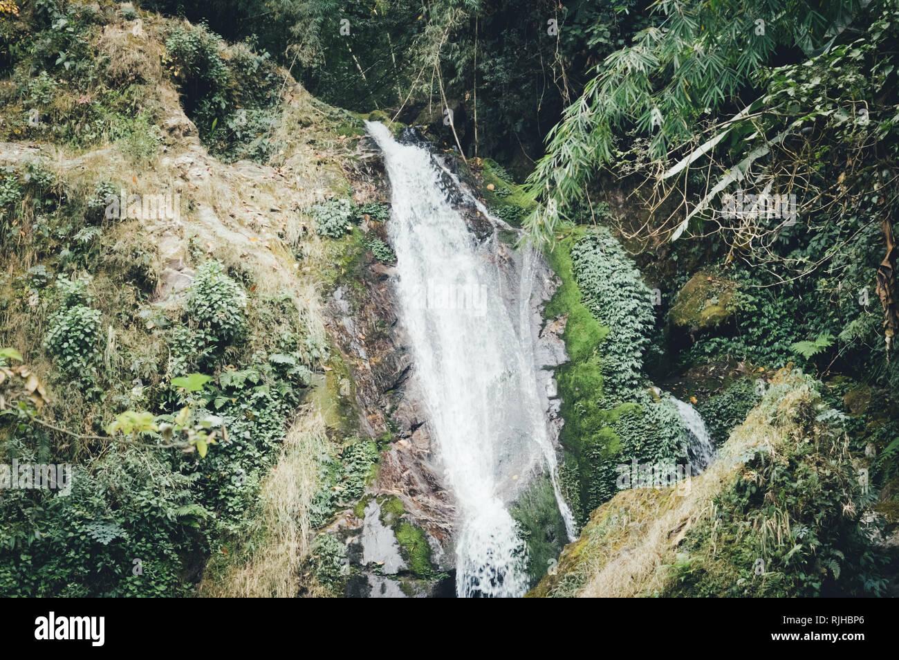 Butterfly cascate o sette sorelle cascate con vista montagna vicino, sul modo di Lachung Gangtok Sikkim circondato da Deep Forest e cascata. Foto Stock