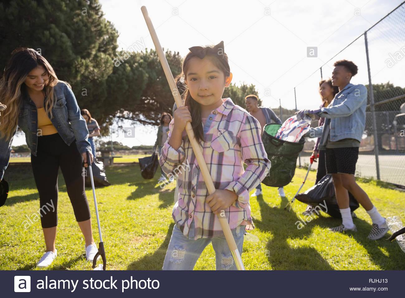 Ritratto ragazza di volontariato parco di pulizia Immagini Stock
