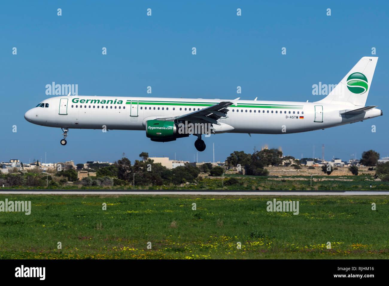 Germania Airbus A321-211 (REG: D-ASTW) pista di atterraggio 31, operando l'ultimo volo per MLA prima di andare in fallimento. Immagini Stock