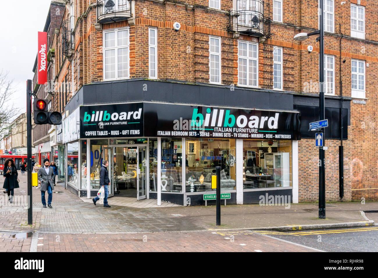 Affissioni, un Italiano negozio di arredamento, a Bromley High Street, Londra del sud. Immagini Stock