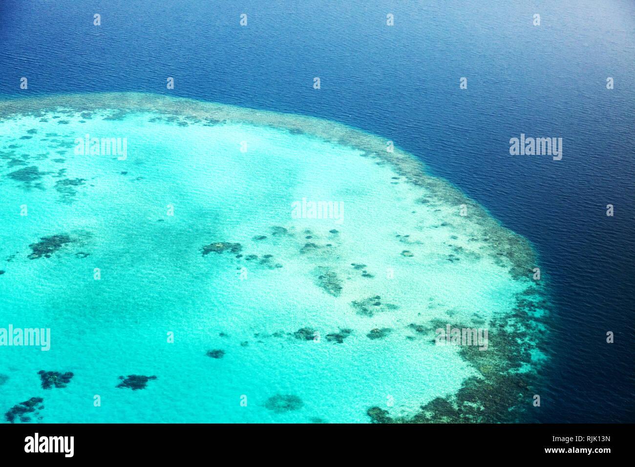 Maldive atoll e Coral reef, vista aerea, Maldive, Asia Immagini Stock