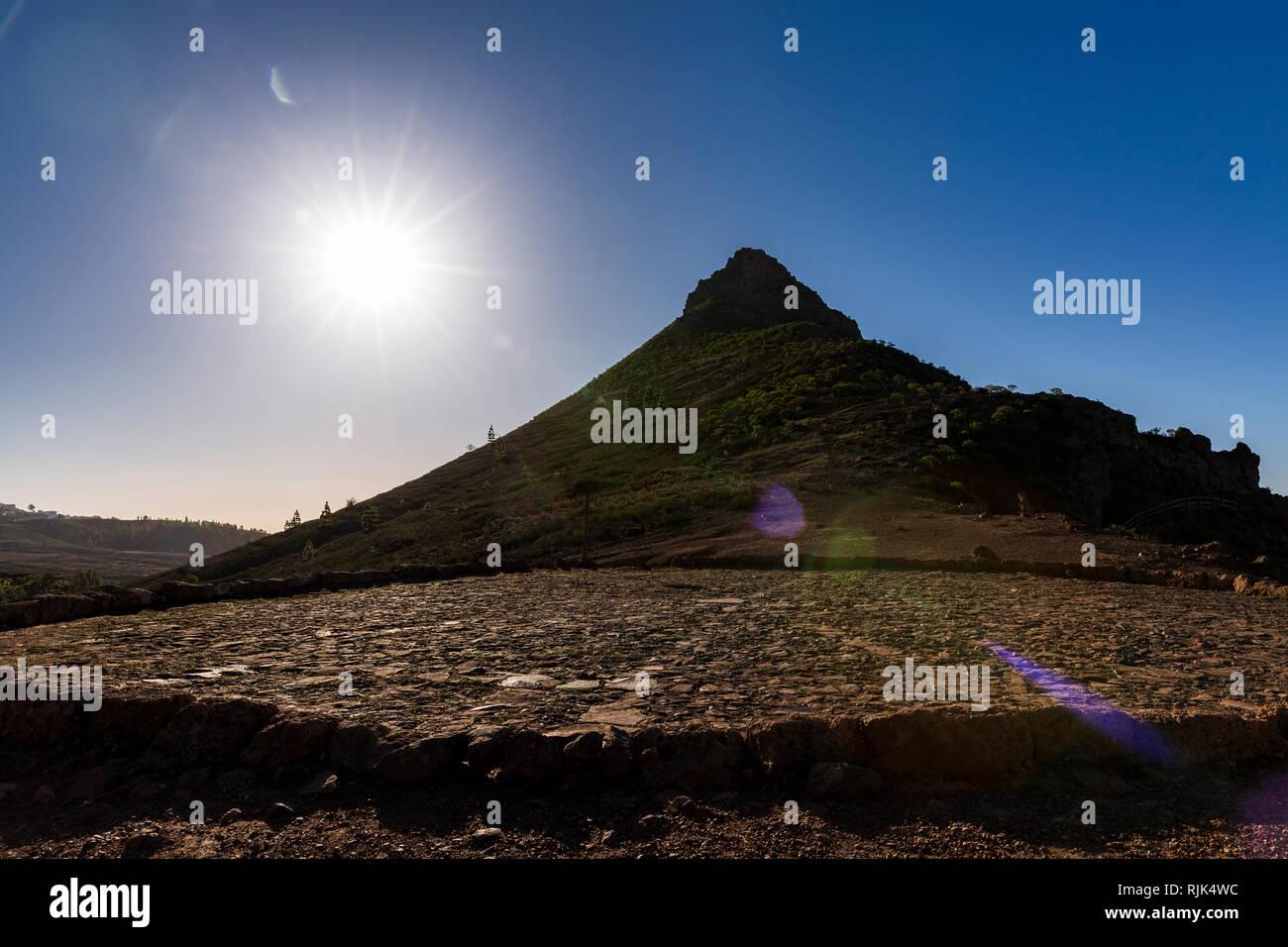 Sun flare creato da sparare in sun con la Roque appuntita Imoque e un pavimento di trebbiatura, era, in Ifonche, Arona, Tenerife, Isole Canarie, Spai Foto Stock