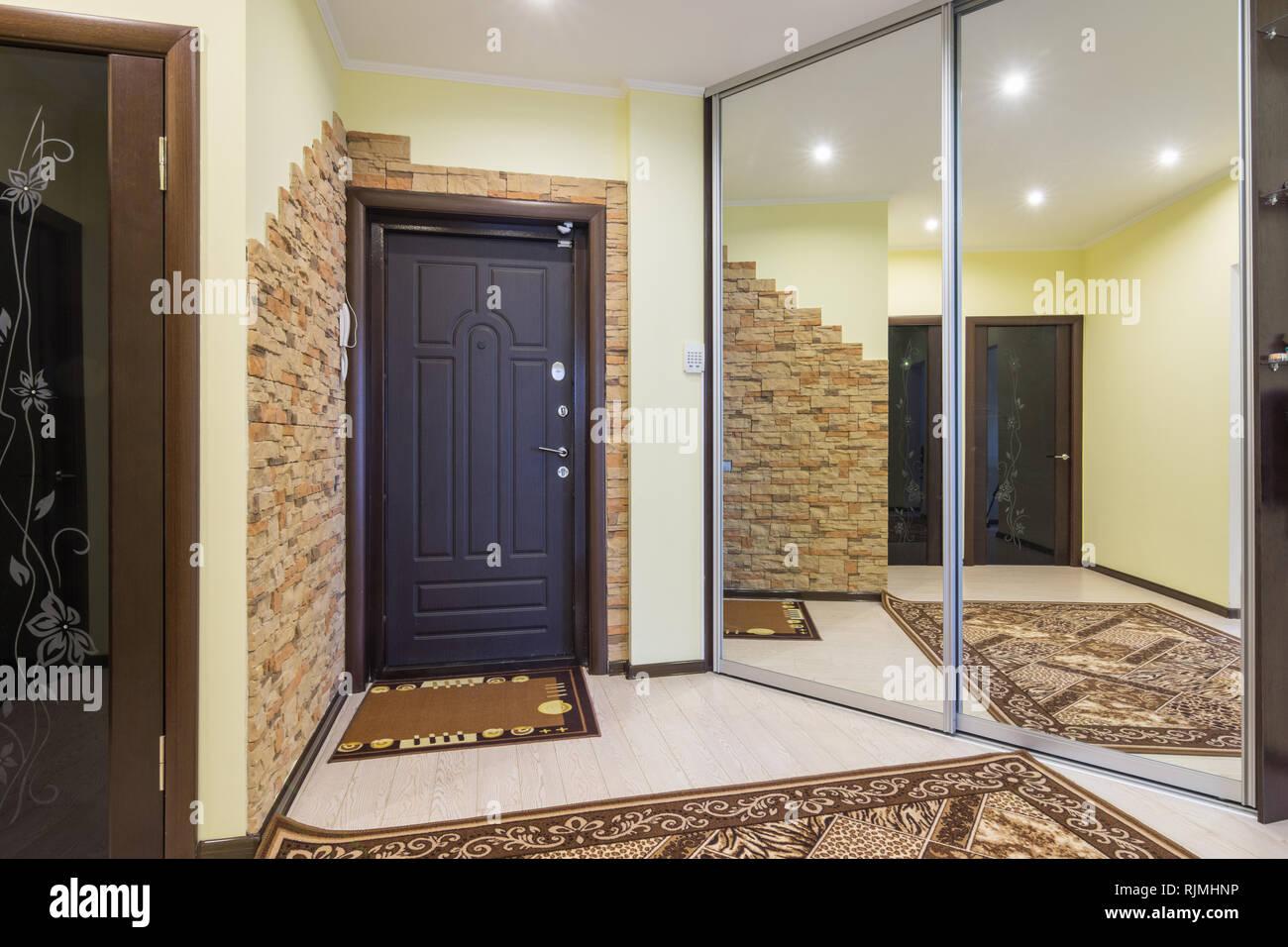 Armadio A Muro Con Specchio.Spaziosa Sala D Ingresso Nell Appartamento Con Armadio A Muro E