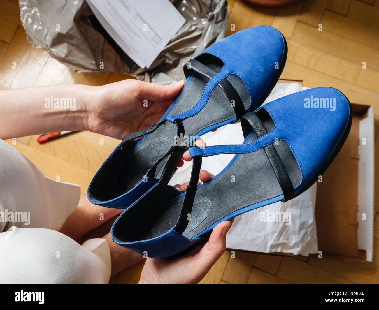 release date: 5ed83 e6b61 Donna che mantiene coppia di nuovo blu eleganti scarpe di ...