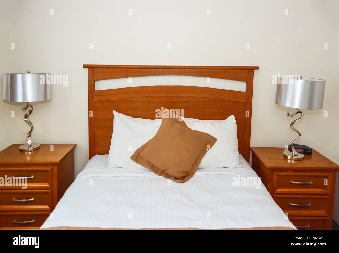 Lampadario Camera Da Letto Matrimoniale : Letto matrimoniale in camera da letto con la lampada sul comodino