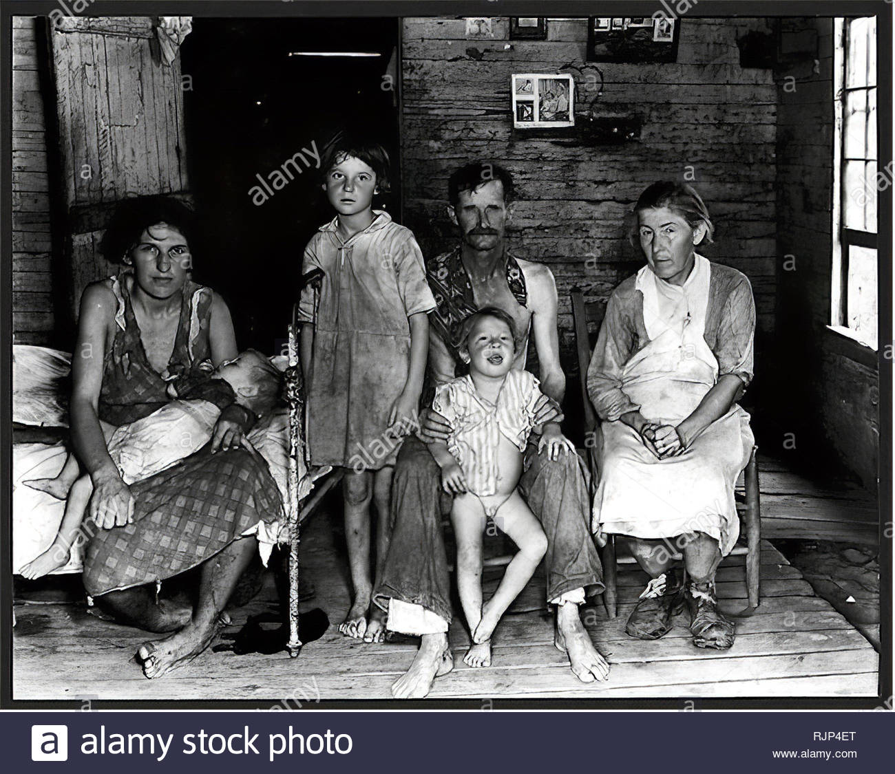 Grande depressione - Bud i campi e la sua famiglia. In Alabama. 1935 o 1936. Fotografo: Walker Evans. Immagini Stock