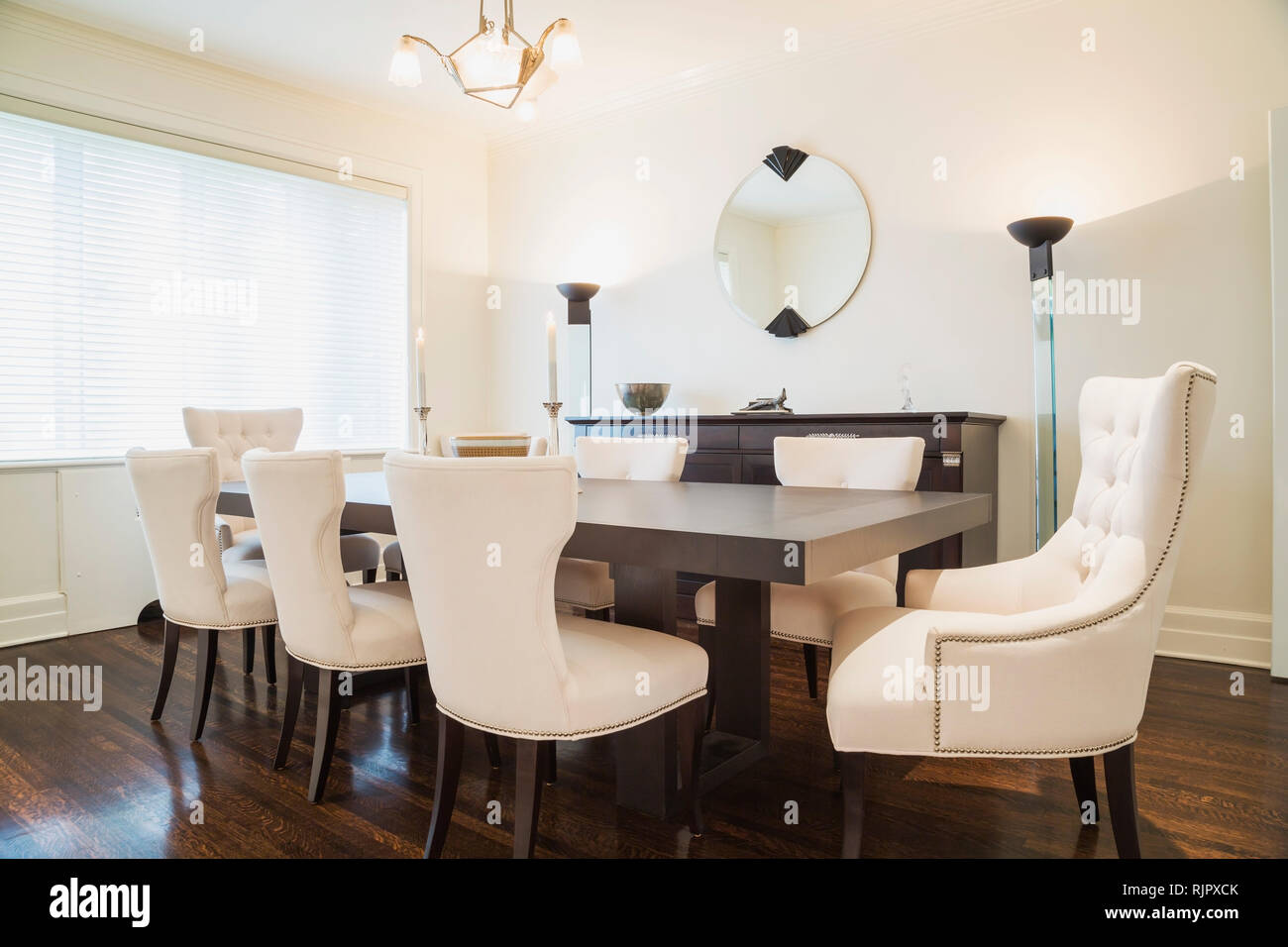 Legno scuro tavolo da pranzo con un panno bianco sedie