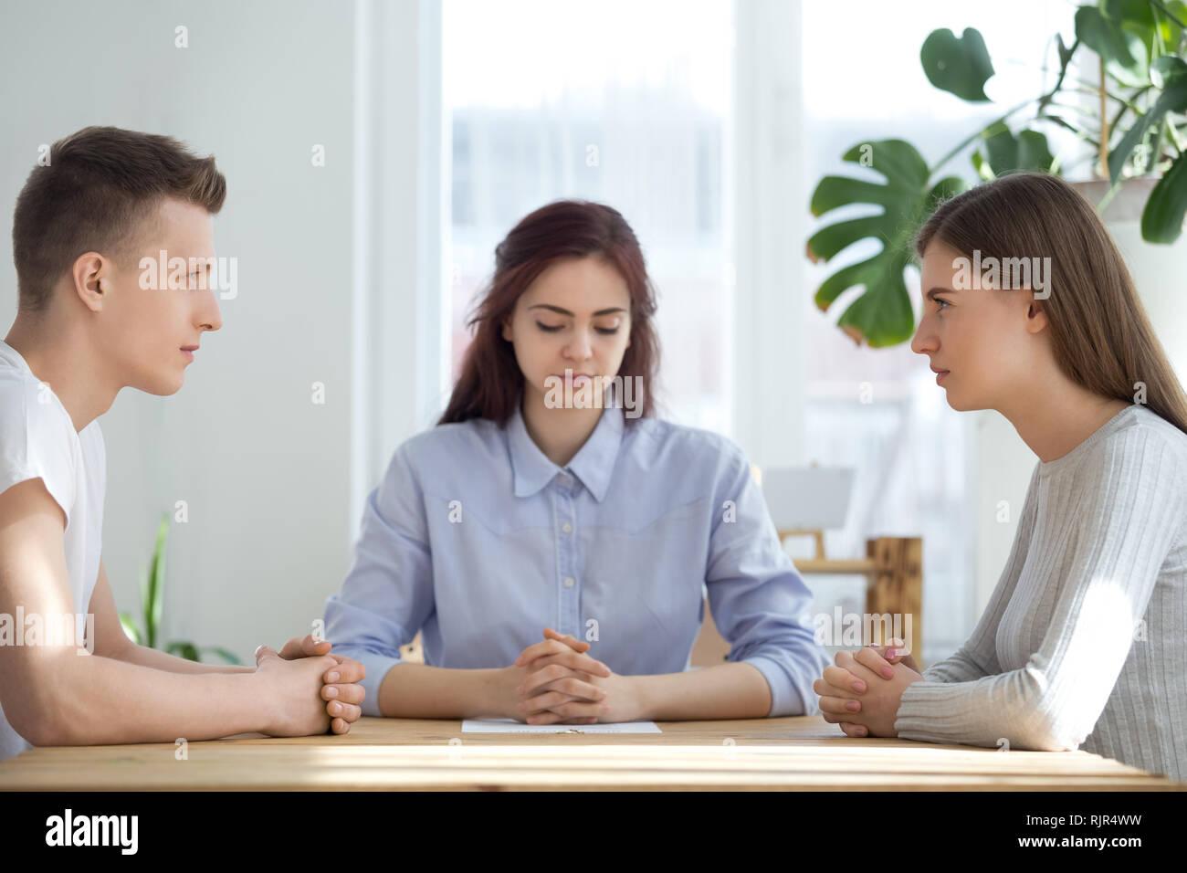Sposato infelice giovane seduto di fronte a divorziare in ufficio avvocato Immagini Stock