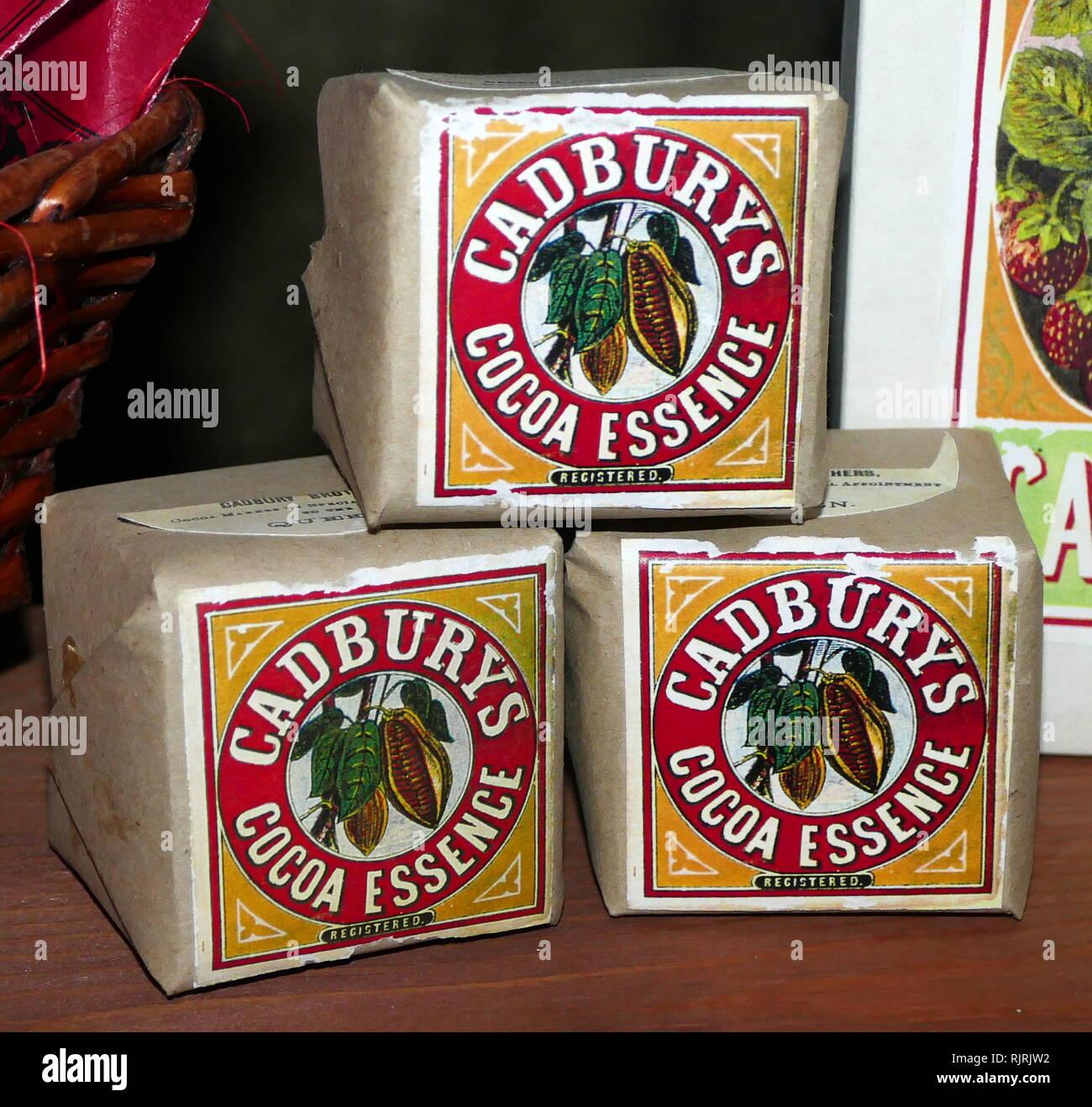 Xx secolo di confezioni di Cadbury di essenza di cacao. Cadbury è stato stabilito di Birmingham in Inghilterra nel 1824, da John Cadbury che hanno venduto il tè, il caffè e il cioccolato da bere. Immagini Stock
