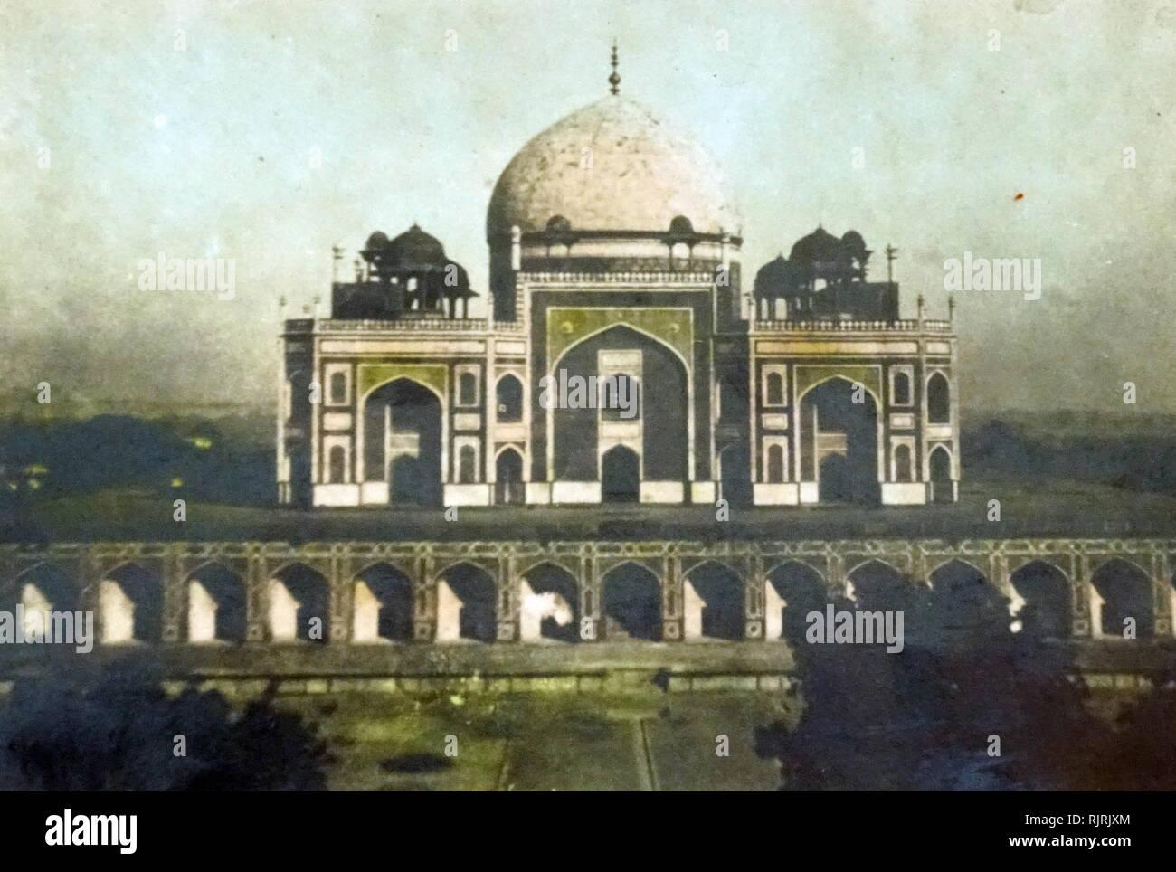 La tomba di Humayun (Maqbaera e Humayun) è la tomba dell'imperatore Mughal Humayun a Delhi, India. La tomba era stata commissionata da Humayun prima moglie e chief consorte, Imperatrice Bega iniziata nel 1569-70 e progettato da Mirak Mirza Ghiyas e suo figlio, Muhammad Sayyid. È stato il primo giardino-tomba sul subcontinente indiano e si trova a est Nizamuddin, Delhi, India. Immagini Stock