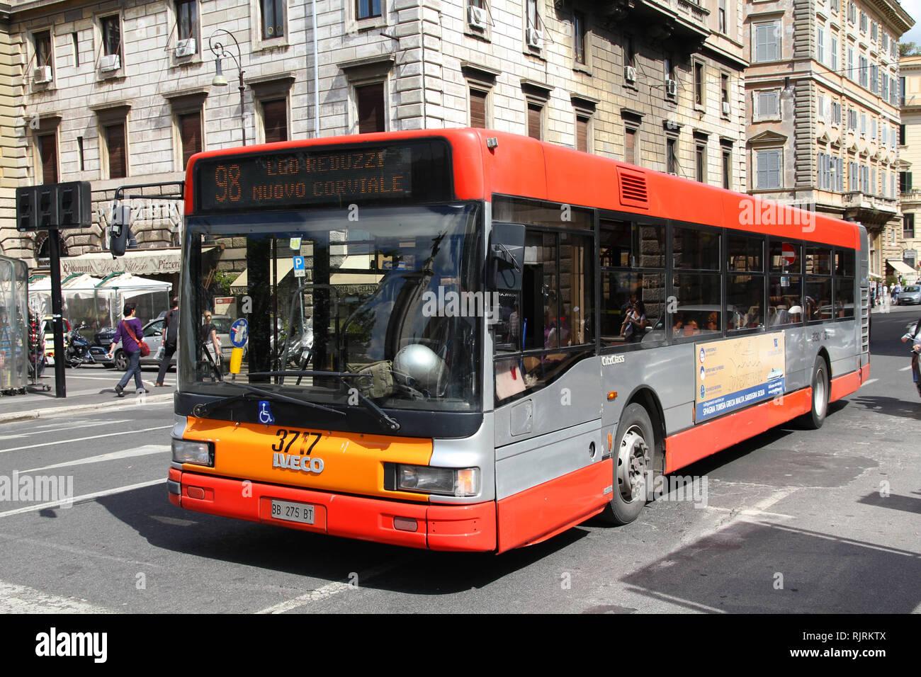 Roma - 13 Maggio: autobus Iveco gestito da ATAC il 13 maggio 2010 in Roma, Italia. ATAC è il bus principale operatore in Roma. Con 350 linee di autobus e 8000 fermate di autobus Immagini Stock