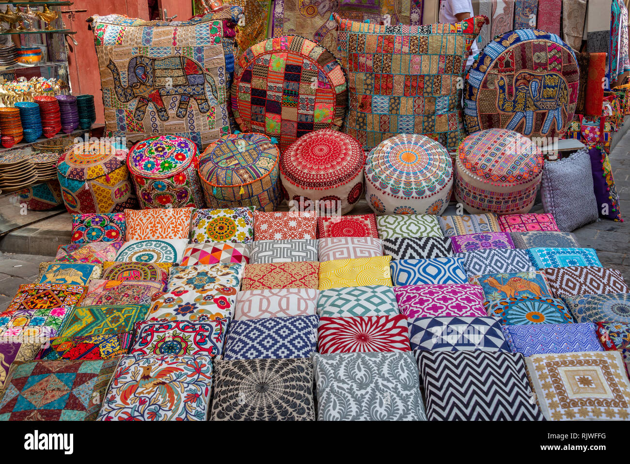 Cuscini Arabi.Coloratissimi Cuscini E Guanciali Nel Souk Di Dubai Emirati Arabi