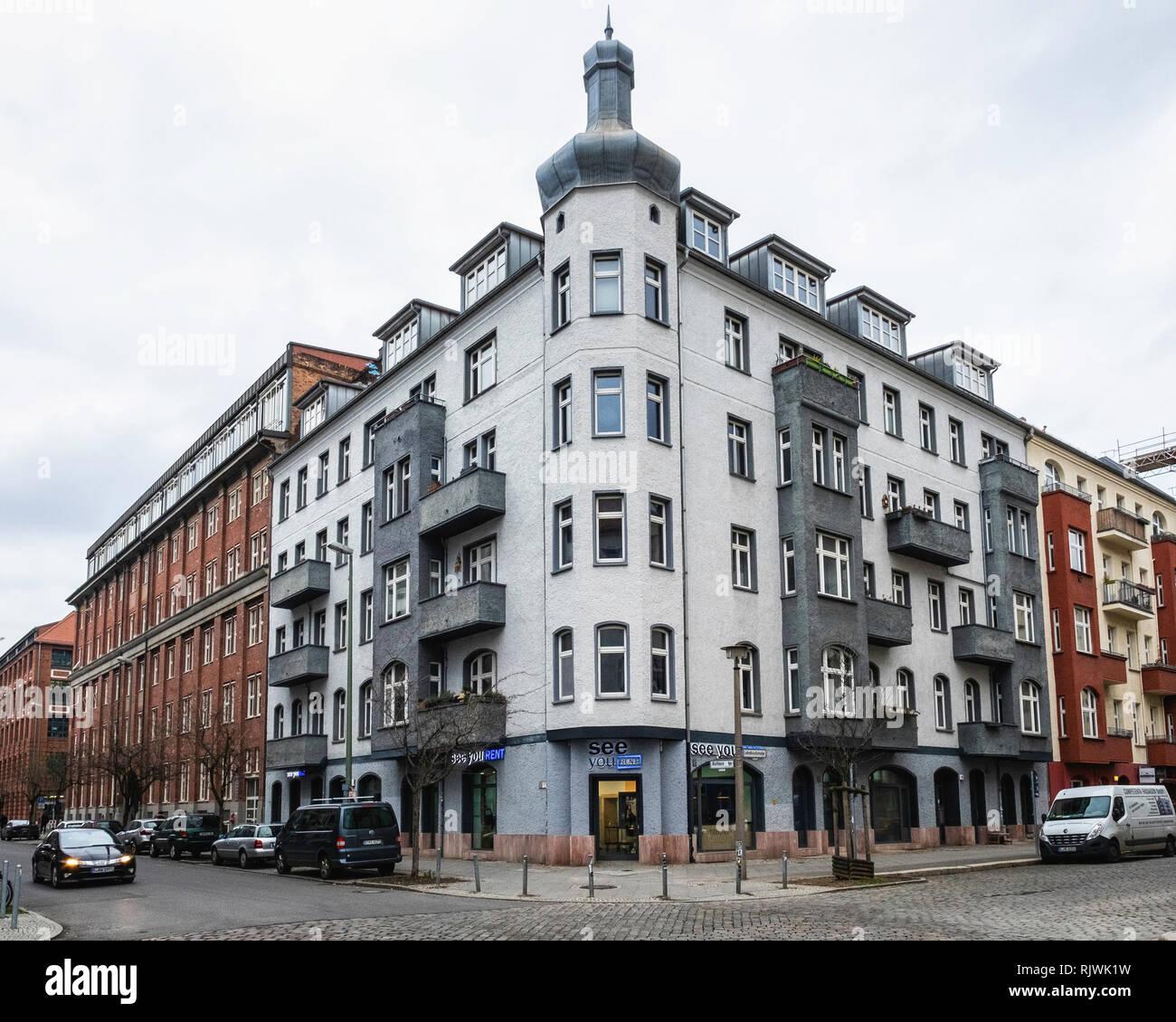 Berlino,Friedrichshain,vedere voi Affitto - attrezzatura fotografica agenzia di noleggio al piano terra del vecchio edificio di appartamenti. Immagini Stock