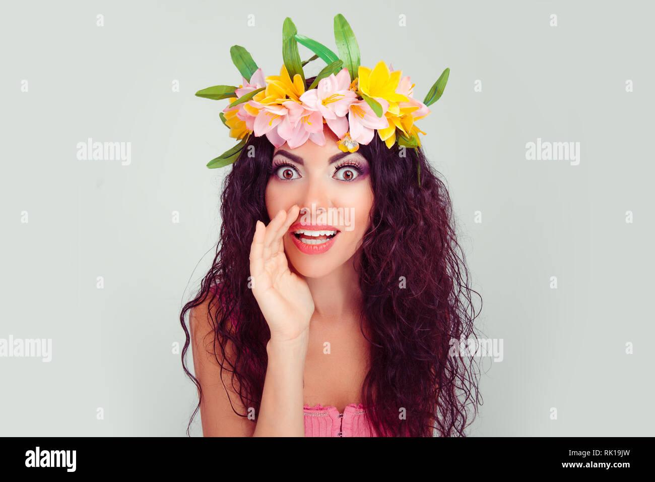 Non dite a nessuno!!!! Loquace misterioso piuttosto bella donna sta dicendo segreto di frenatura a caldo news. Colombiano ispanica latina razza mista modello in floral Immagini Stock