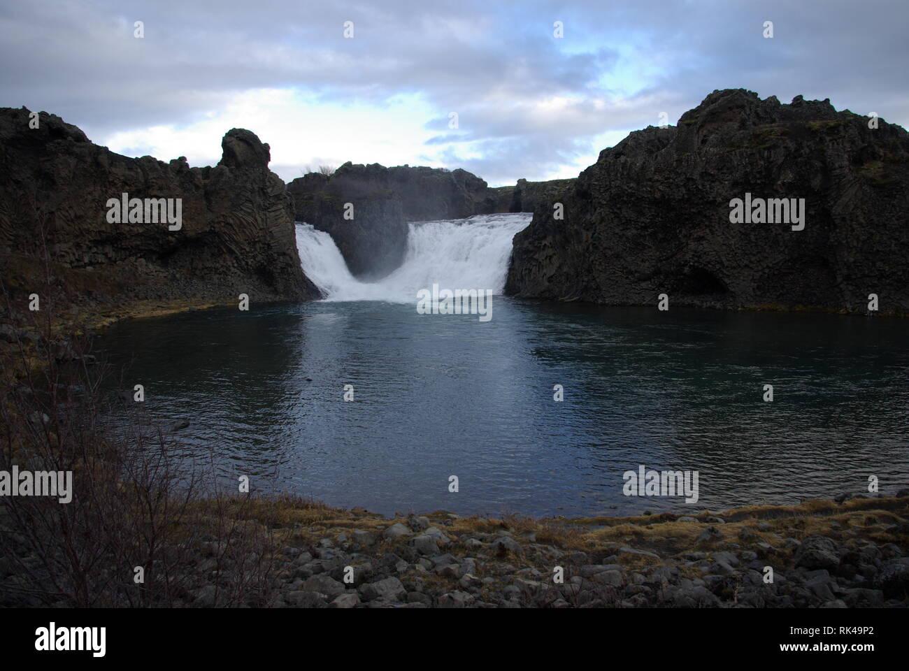 Doppelter Wasserfall Hjalparfoss auf Island Foto Stock