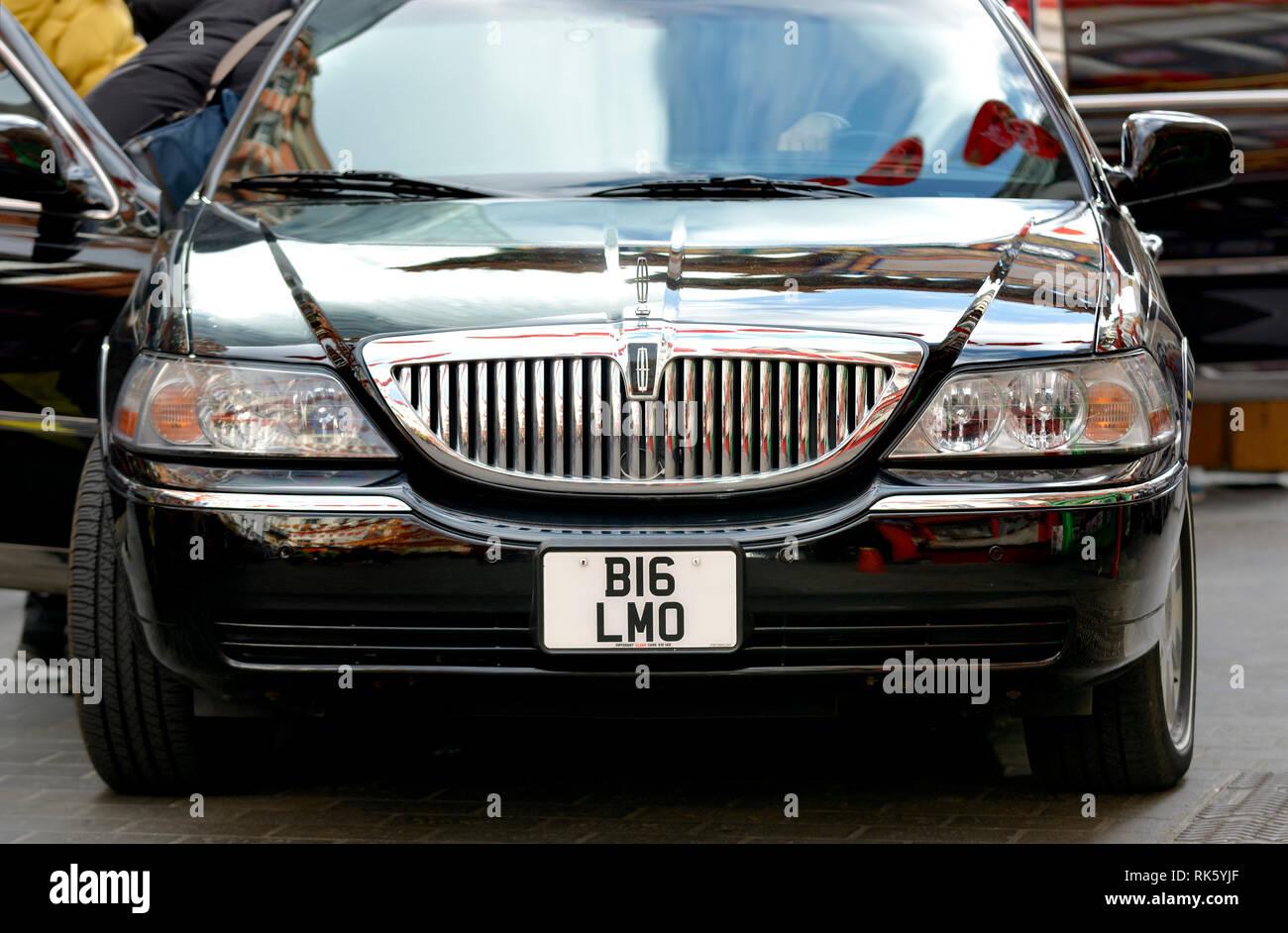 Londra, Inghilterra, Regno Unito. Lincoln Limousine Stretch con numero di targa BI6 LMO (Big Limo, quasi) Foto Stock