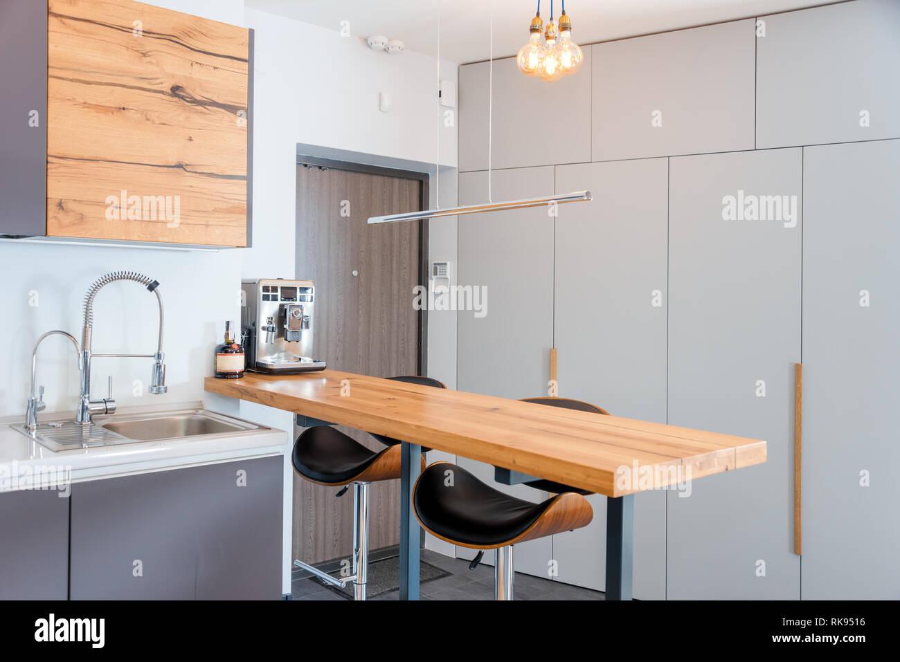 Cucina moderna con interni con luci accese brown tavolo in legno