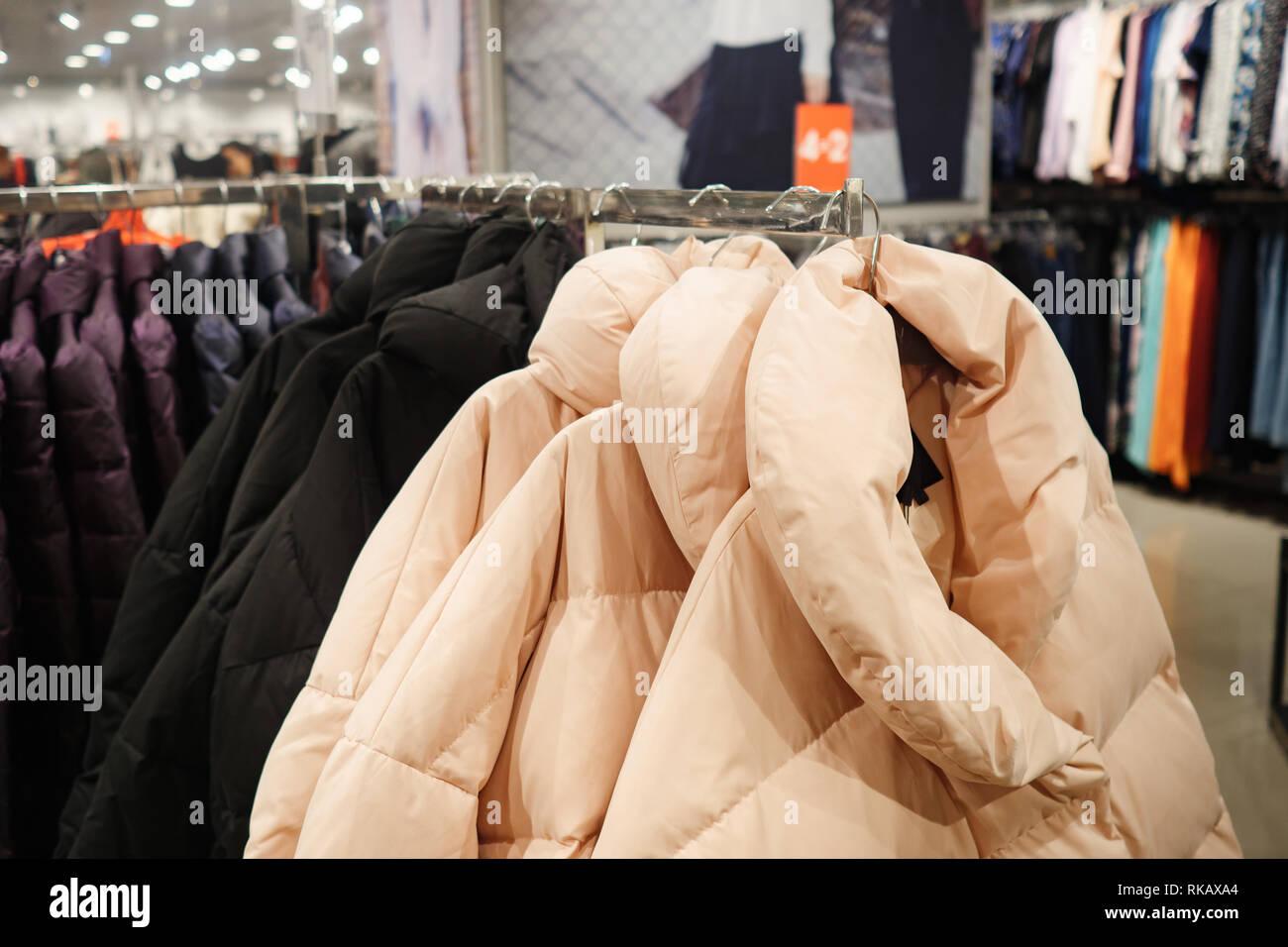 58b1dec103da Elegante abbigliamento esterno su appendiabiti in negozio Immagini Stock