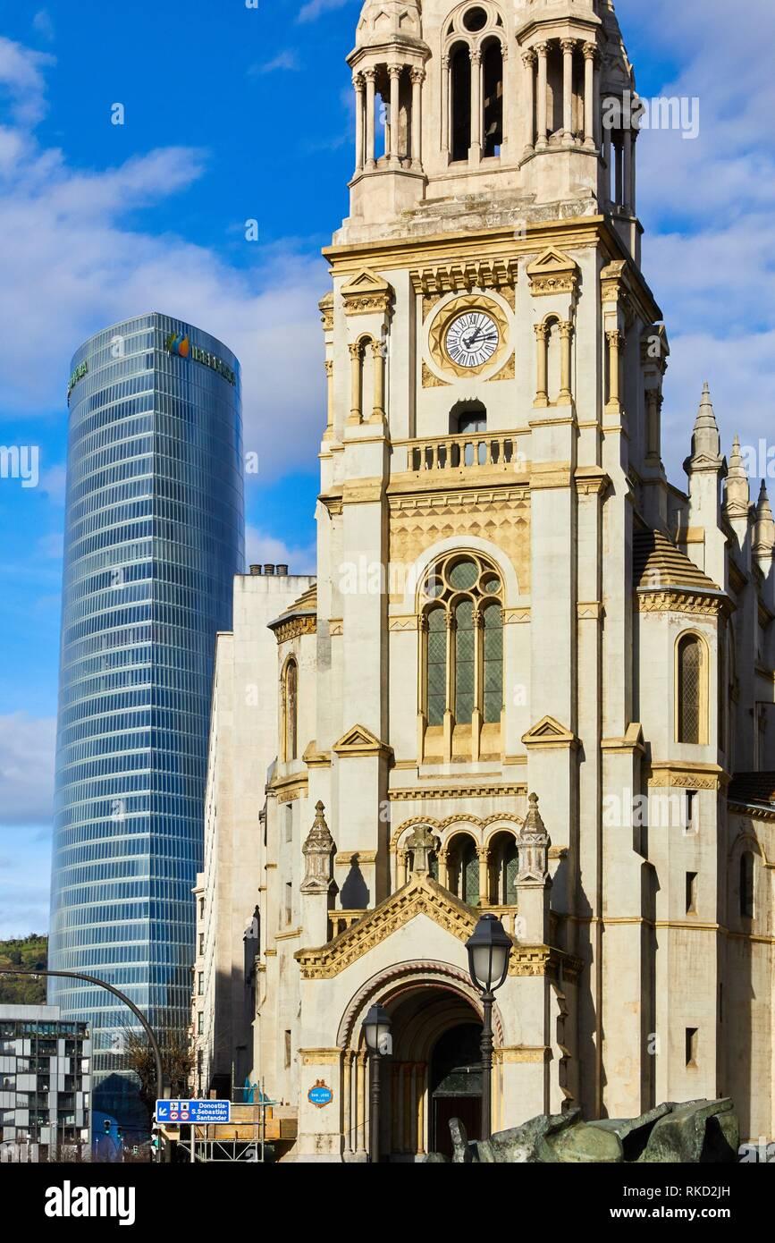 Iberdrola la torre e la chiesa di San Jose, Bilbao, Bizkaia, Paesi Baschi, Spagna, Europa Immagini Stock