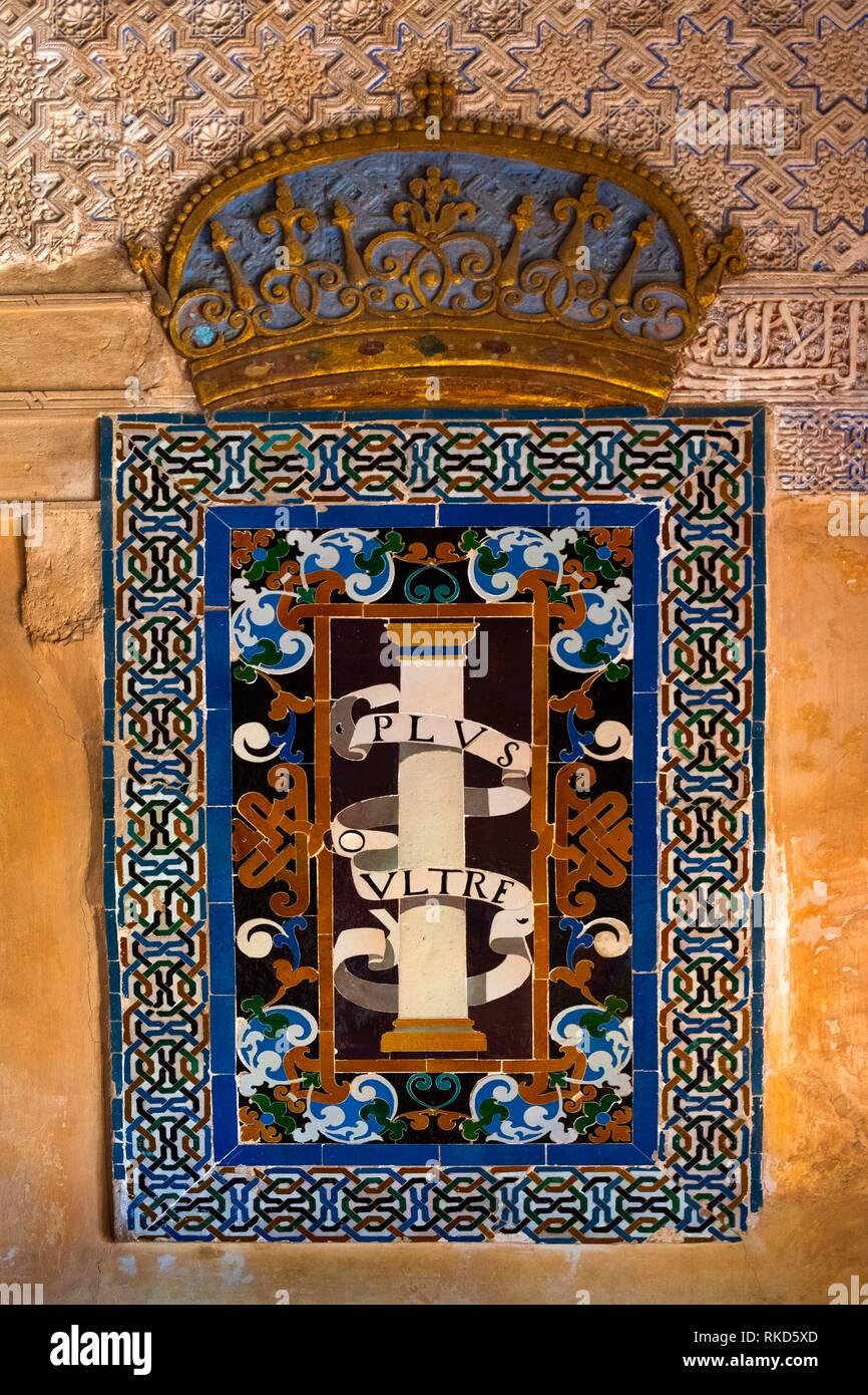 Carlos V. voce, ''Plus Ultra'' nella ''Patio de MACHUCA (2004)/ Mexuar'' all'Alhambra Palace, a Granada, Andalusia, Spagna. Immagini Stock