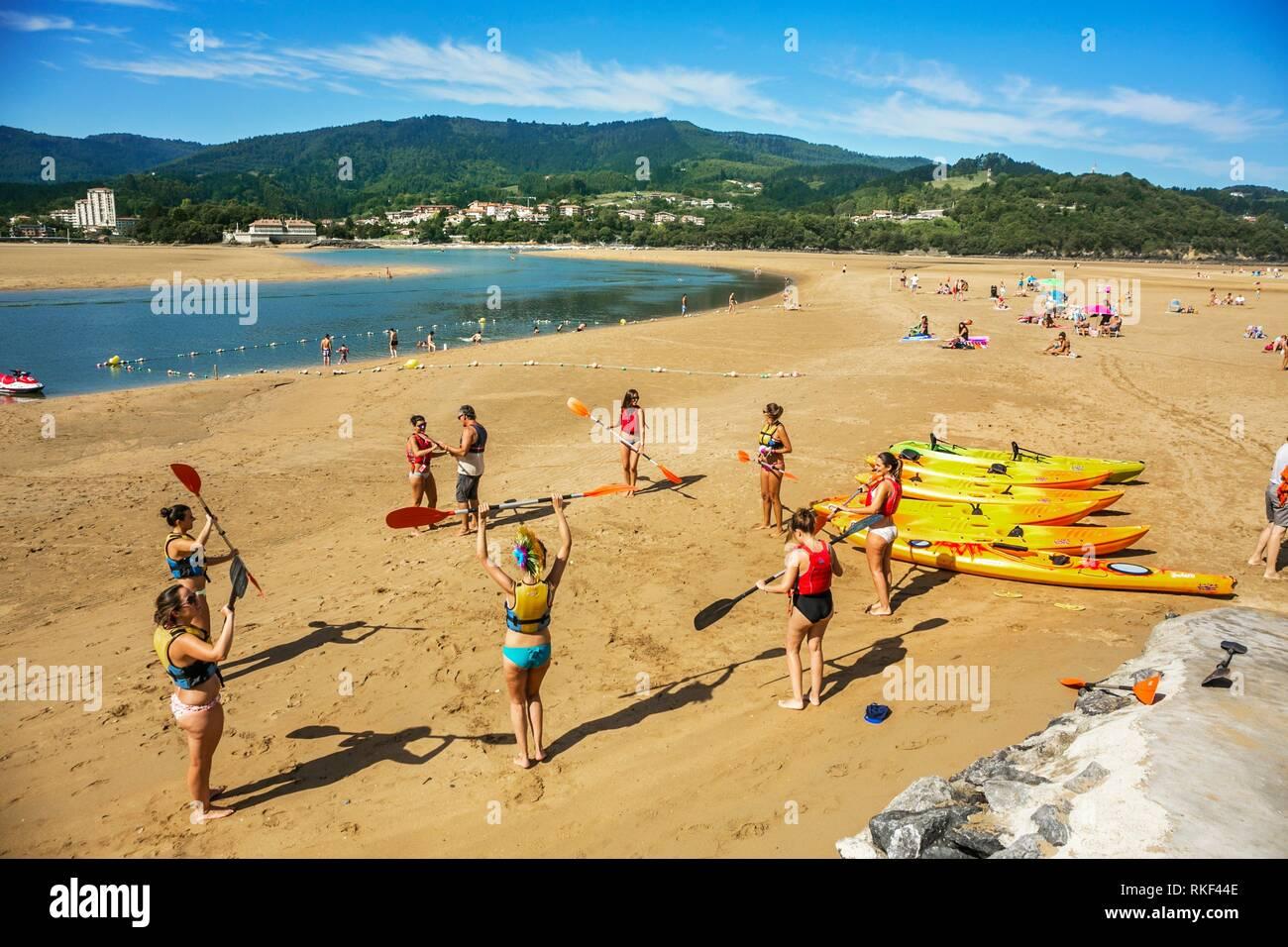 Lezioni di canoa a Laida Beach. Riserva della Biosfera di Urdaibai. Regione di Urdaibai. Bizkaia. Paese basco. Spagna. Foto Stock
