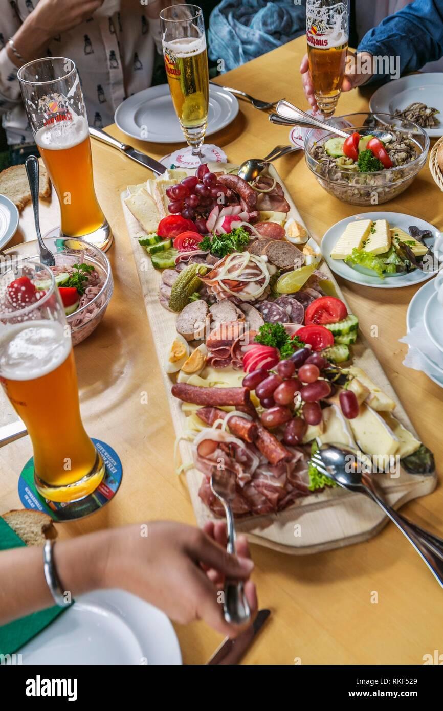 Wurstsalat. Insalata di carne o Sasage insalata. Insalata quasi interamente costituita da gustosi salumi. Una varietà di salumi o salsicce sono tagliate a fette e quindi Immagini Stock