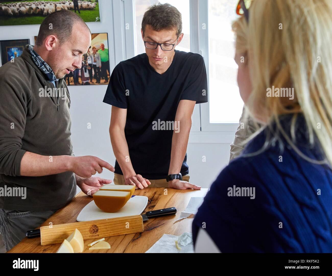 Tour con guida di gruppo, degustazione di formaggio di pecora, formaggi a denominazione di origine Idiazabal, Caserio Mausitxa, Elgoibar, Gipuzkoa, Paese Basco, Immagini Stock