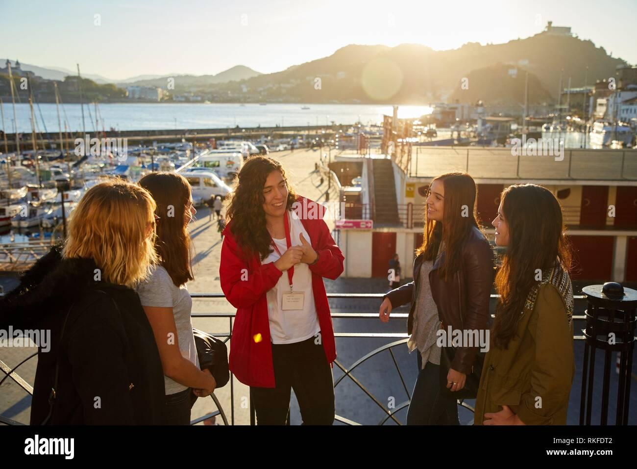 Gruppo di turisti e la guida facendo un tour della città, Porta Donostia, San Sebastian, Gipuzkoa, Paesi Baschi, Spagna, Europa Immagini Stock