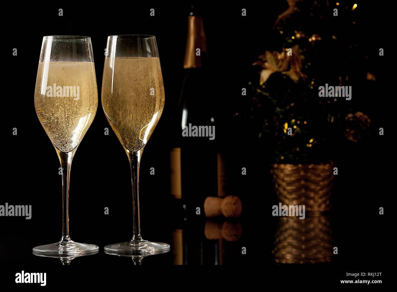 Sfondi Natalizi Eleganti.Due Bicchieri Di Champagne Bottiglia Di Champagne E Albero Di
