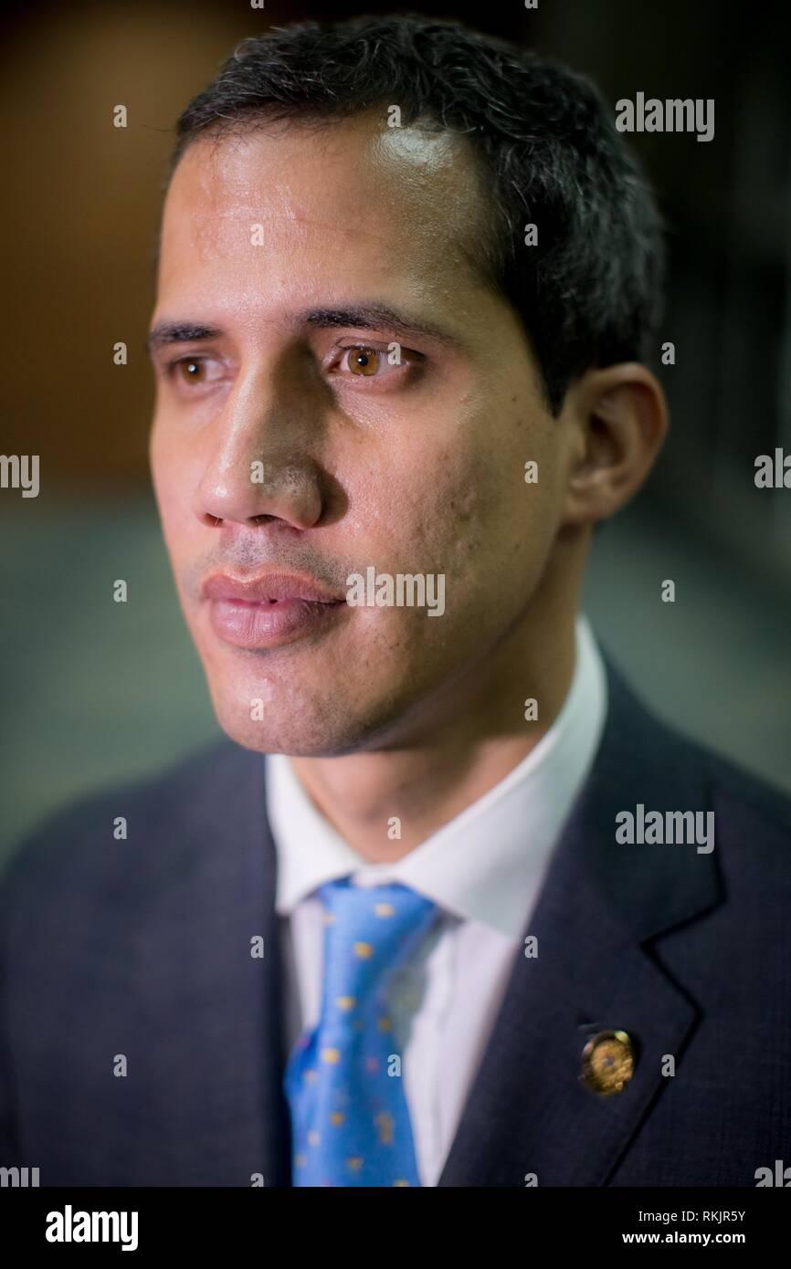 """Caracas, Venezuela. 12 Feb, 2019. Il capo del Parlamento del Venezuela, Juan Guaido, che si proclama presidente ad interim del paese lo scorso gennaio, offre una intervista a Efe, a Caracas, Venezuela, 11 febbraio 2019. Dal ruolo che egli ha assunto in qualità di presidente in carica del Venezuela, Guaido punti direttamente alle Forze Armate come il fattore che oggi detiene il 'il dittatore"""", in riferimento al righello Nicolás Maduro. Credito: Miguel Gutierrez/EFE/Alamy Live News Immagini Stock"""