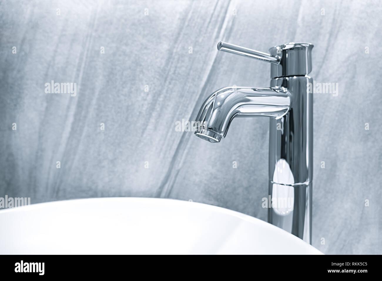 Sala Da Bagno Lusso : Grande lusso rubinetto miscelatore e lavabo bianco in una