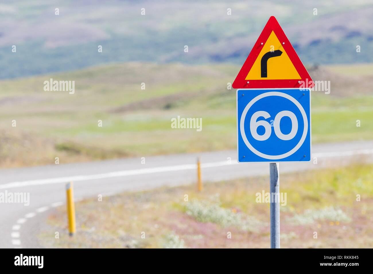 La curva con la consulenza del limite di velocità in Islanda. Immagini Stock