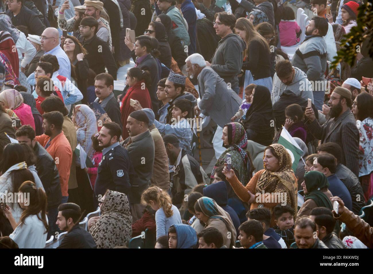 Il Pakistan si affollano alla cerimonia di frontiera in Wagah, Lahore Punjab, Pakistan Immagini Stock