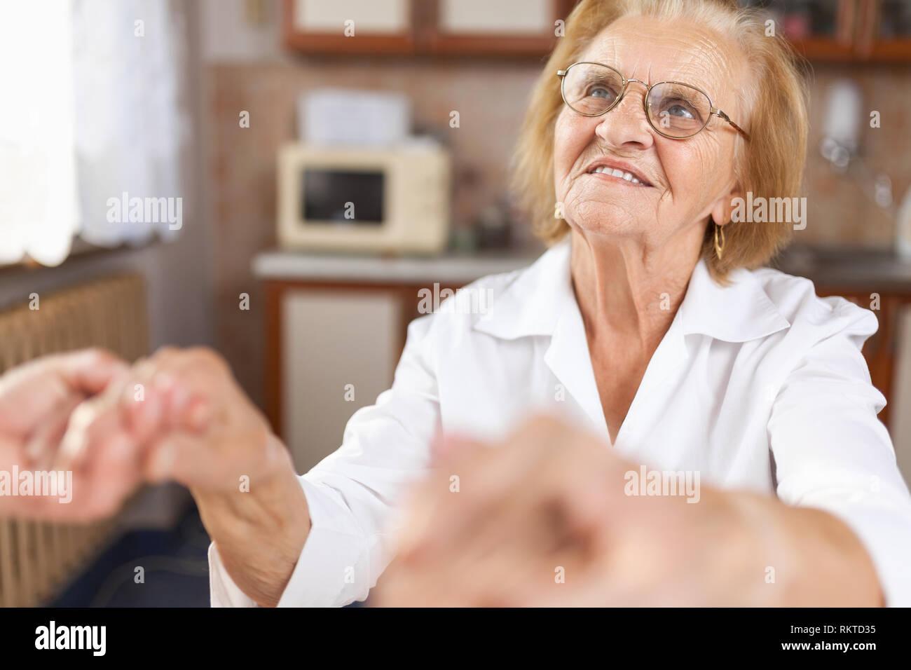Fornire assistenza e supporto per anziani Foto Stock
