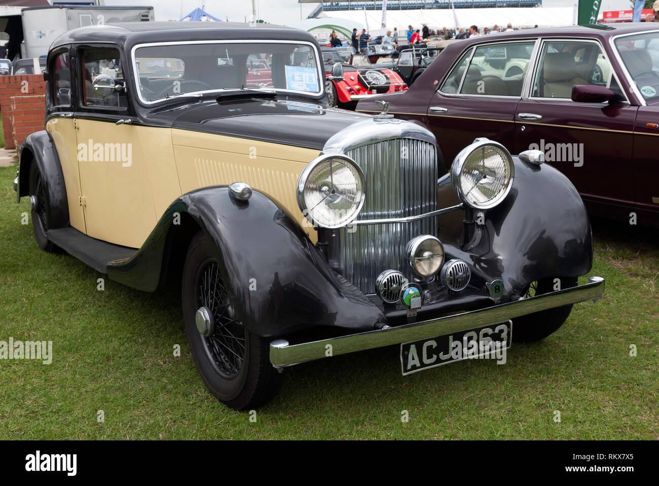 Tre quarti frontale di un 1937 Bentley Berlina, sul display in automobile club zona del 2017 Silverstone Classic Immagini Stock