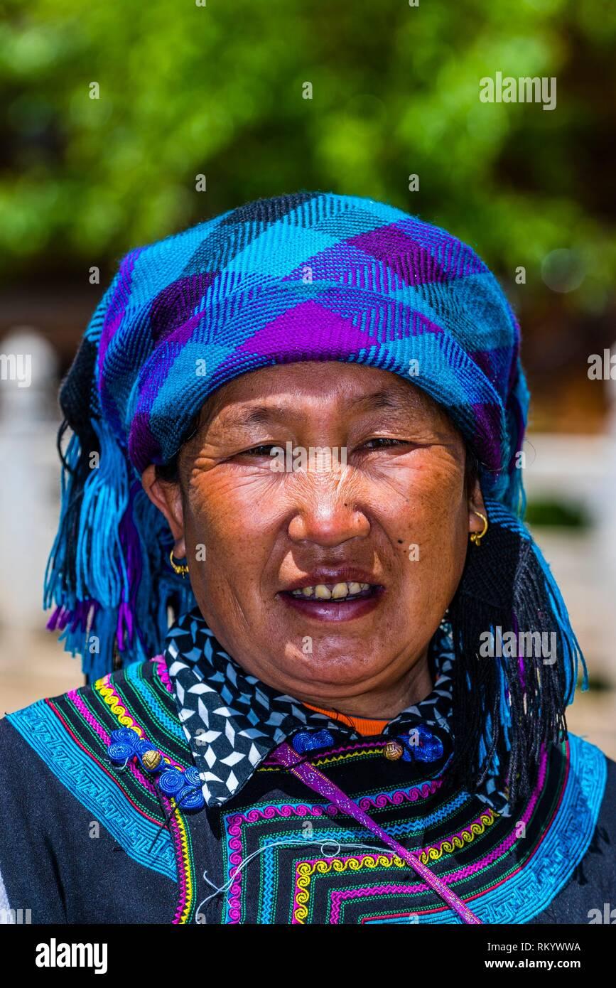 Una donna che indossa il costume del Lisu minoranza etnica, Drago Nero parco piscina, Lijiang, nella provincia dello Yunnan in Cina. Immagini Stock