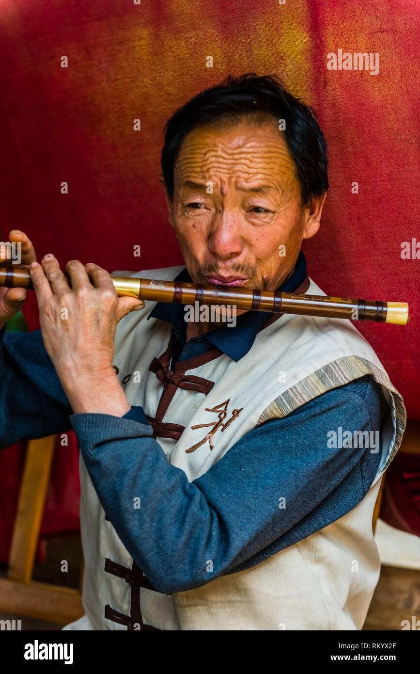 Naxi (appartenenti a una minoranza etnica) musicisti nel borgo antico di Baisha, nei pressi di Lijiang, nella provincia dello Yunnan in Cina. Immagini Stock