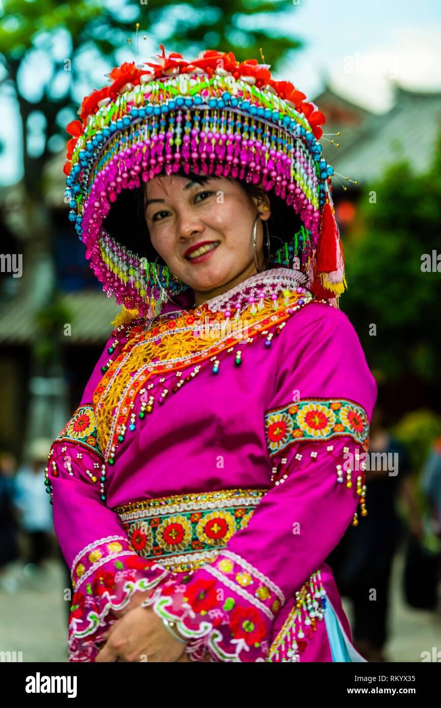 Una donna di Miao appartenenti a una minoranza etnica di indossare abiti tradizionali nella Città Vecchia (Dayan) di Lijiang, nella provincia dello Yunnan in Cina. La città vecchia è un Immagini Stock