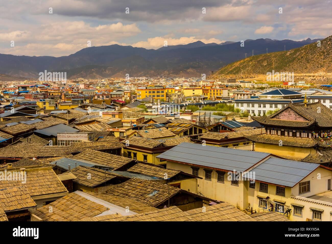 I tetti della Città Vecchia, Shangri La (Zhongdian), nella provincia dello Yunnan in Cina. Immagini Stock