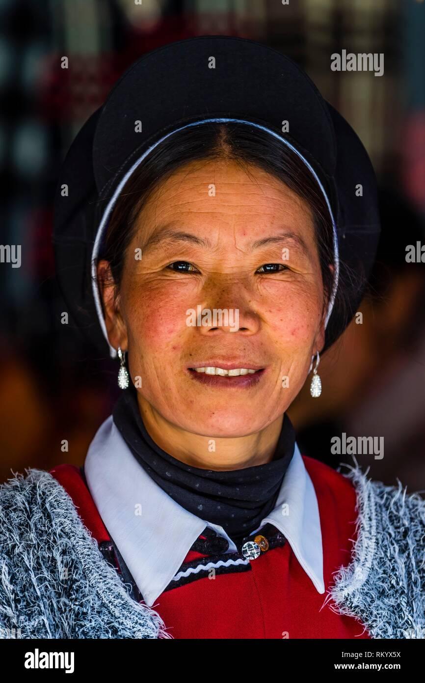 La minoranza Naxi donna, Shangri La (Zhongdian), nella provincia dello Yunnan in Cina. Immagini Stock